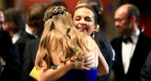HOLLYWOOD, CA - FEBRUARY 28: Actress Brie Larson (L), winner of Best Actress for 'Room,' and actress Alicia Vikander, winner of Best Supporting Actress for 'The Danish Girl,' embrace during the 88th Annual Academy Awards at Dolby Theatre on February 28, 2016 in Hollywood, California. (Photo by Christopher Polk/Getty Images)